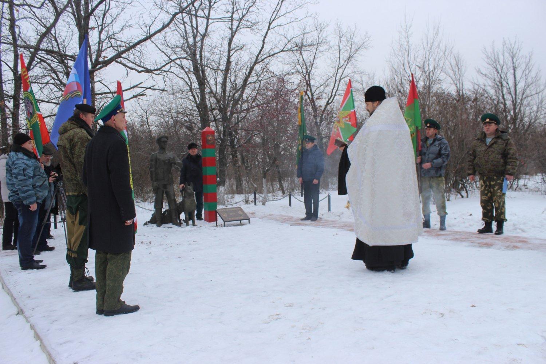 священник Владимир Новиков (справа)