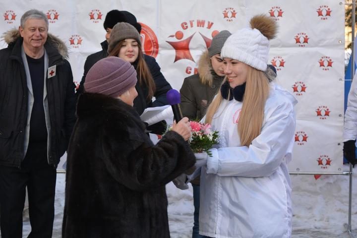 Почетный донор СССР Ольга Платова получает памятный подарок