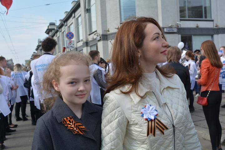 Депутат Саратовской областной думы Юлия Литневская (справа)