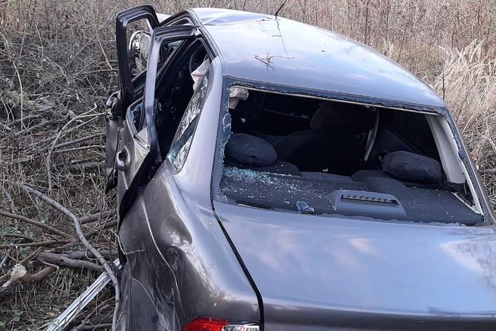 В Балаково женщина за рулем «Лады Приоры» врезалась в «Ниву», проломила забор и вылетела в кусты: водителя госпитализировали