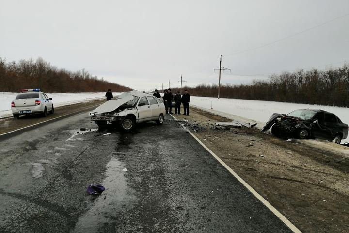 На федеральной трассе в Саратовской области столкнулись два отечественных авто: погибли оба водителя и ребенок