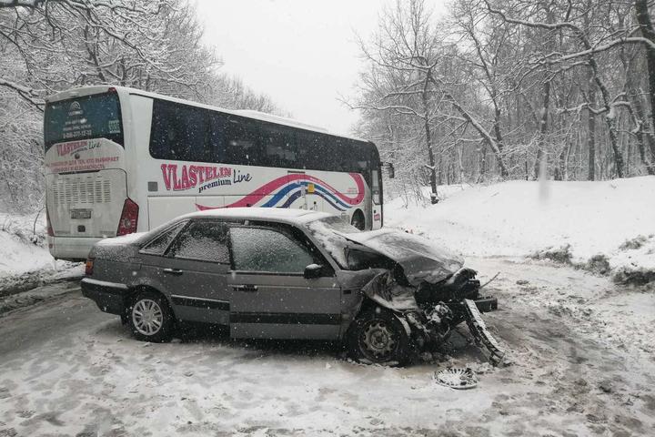 Niva Chevrolet опрокинулась после столкновения с легковушкой в районе смотровой площадки на Кумысной поляне: трое пострадали