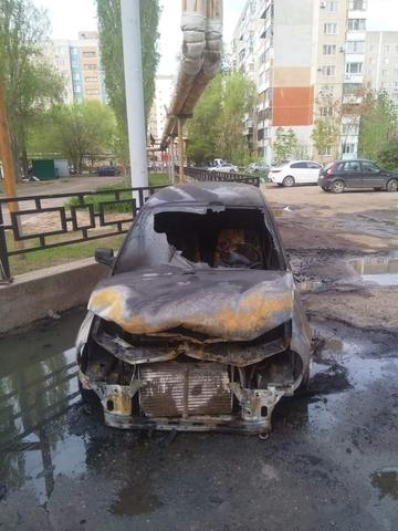 В Энгельсе из-за неисправности проводки загорелась «Лада Калина», огонь от нее перекинулся на соседнюю иномарку