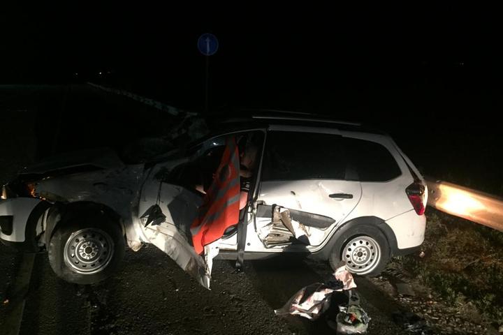 Женщина с детьми отъезжала от обочины на трассе, и ее автомобиль снес грузовик