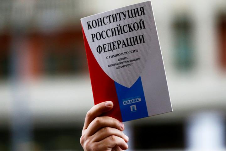 Почти половина населения Курской области хорошо знает Конституцию