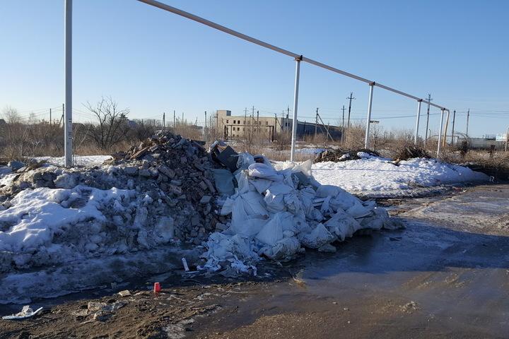 Жители Саратова поймали водителя КамАЗа на месте несанкционированной свалки и ждут, какой будет реакция властей