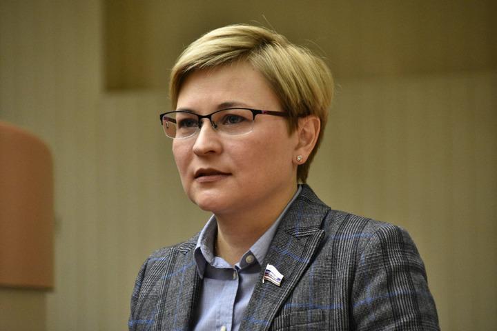 Отчет сенаторов в областной думе: депутат попросил Людмилу Бокову дожевать хлеб Сергея Аренина