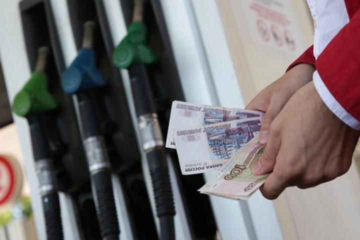 Бензин в России начал дешеветь