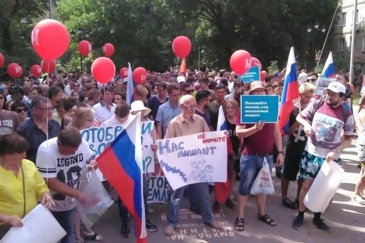 Митинг сторонников Навального в Саратове: участники вышли с лозунгами «Мы не будем работать до смерти!» и призвали всех оппозиционеров объединиться