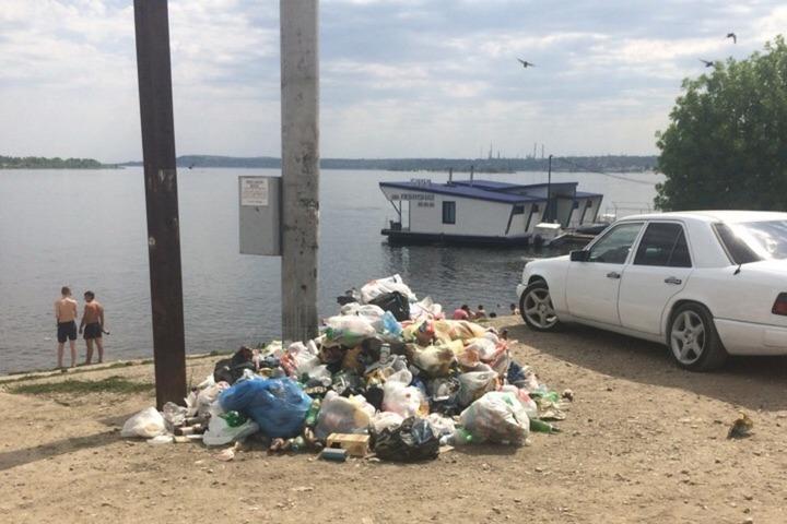 «Гора мусора на берегу Волги»: саратовцы возмущены свалкой рядом с переправой на Казачий остров