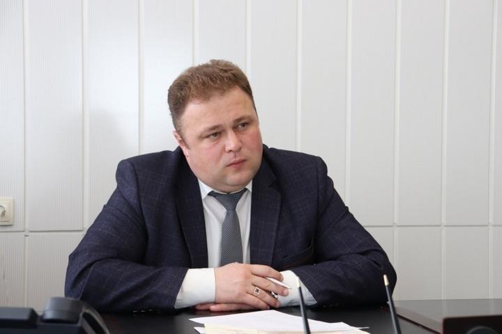 «Он отъехал»: главу Калининского района, якобы задержанного правоохранителями, не удается застать на рабочем месте. Но его заместитель уверен, что «все нормально»