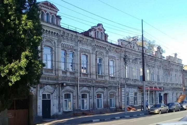 Из-за нарушений Гострудинспекции сорван ремонт памятника в центре Саратова, откуда три года назад выселили школу-интернат для глухих детей