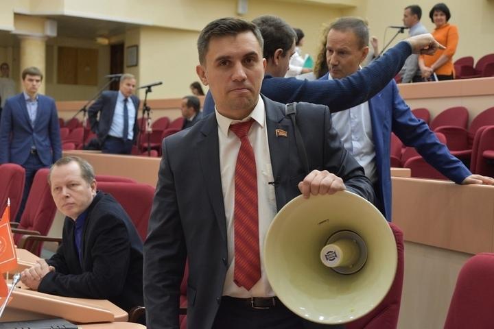 В думе депутата с громкоговорителем обвинили в том, что он «офигел» и нарушил регламент