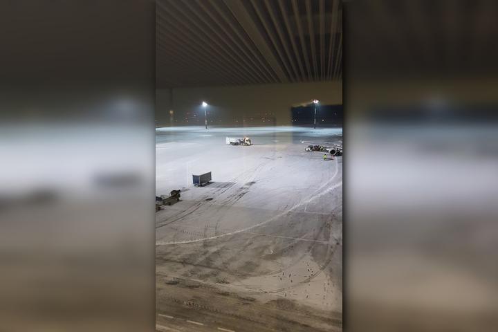 «Пилот не стеснялся в описании причин»: мужчина рассказал, как самолет три часа кружил над аэропортом «Гагарин» из-за неочищенной от снега взлетной полосы
