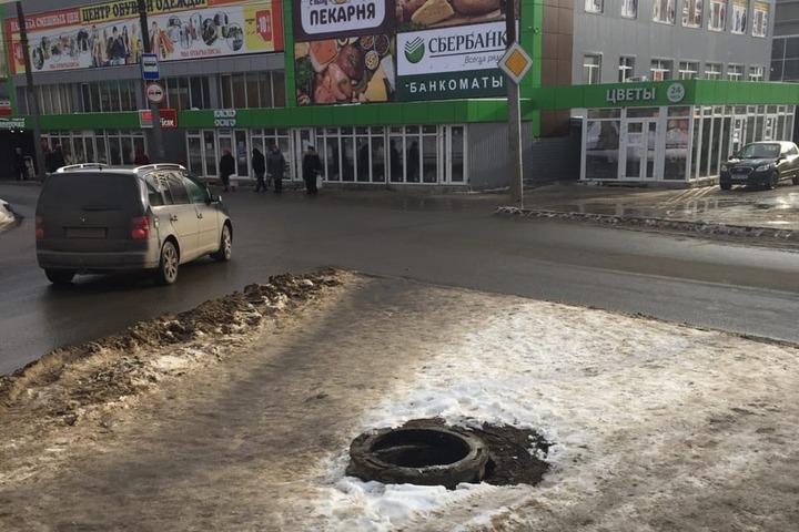 Саратовцы обнаружили открытый люк рядом с рынком в Заводском районе