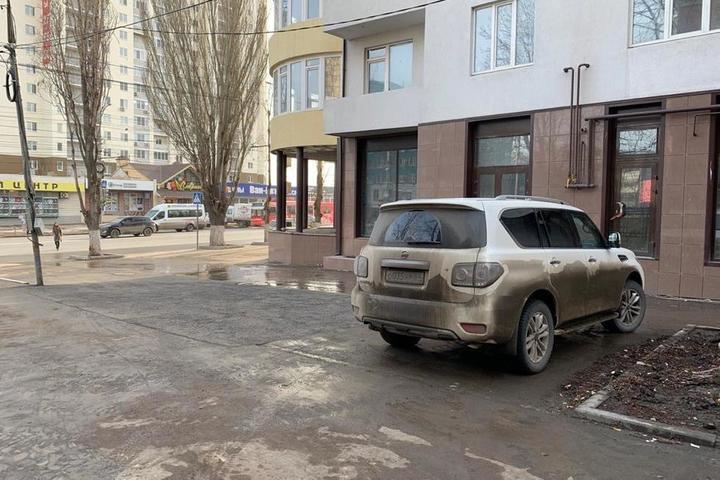 На месте каштанов на входе в горпарк, которые разрешили спилить подчиненные мэра Исаева, теперь паркуют машины