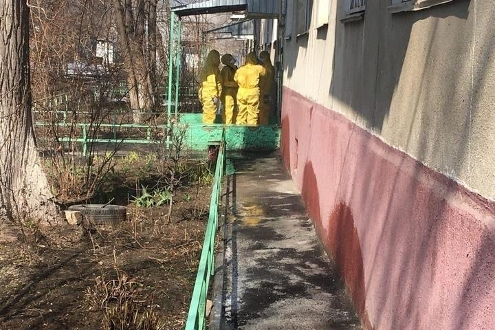 У подъезда дома в Заводском районе заметили людей в защитных костюмах: фото