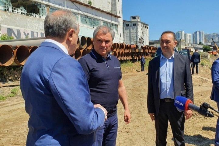 Вячеслав Володин жестко раскритиковал губернатора Валерия Радаева за непризнание ошибок и любовь к перерезанию ленточек