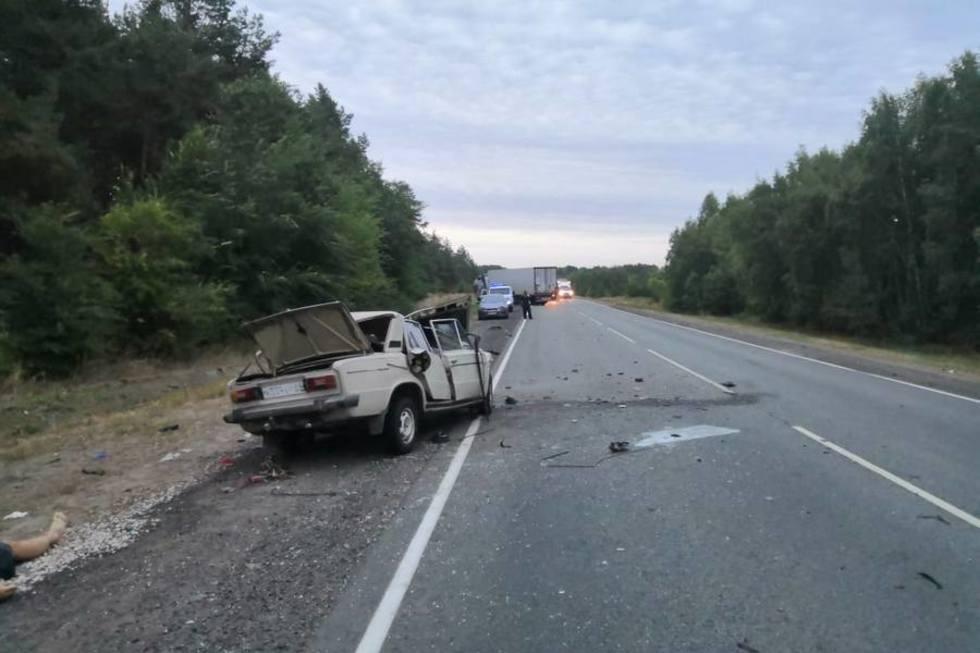 Водитель «шестерки» выехал на встречную полосу на федеральной трассе и погиб в столкновении с фурой