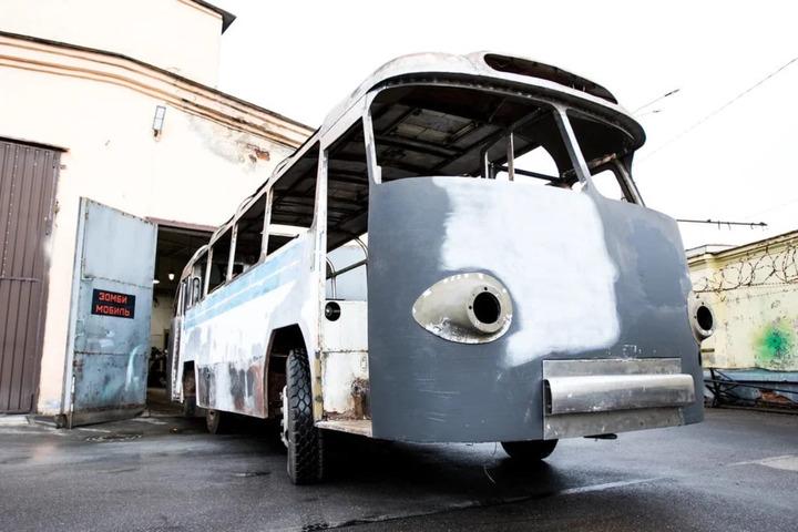 Исторический автобус, который будет возить посетителей парка покорителей космоса, ждет покраски в цеху Санкт-Петербурга