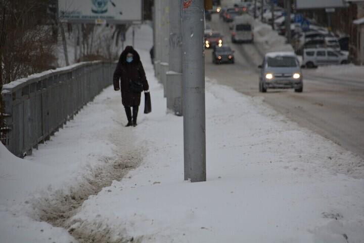 Саратовцы пробираются по центральным улицами через сугробы, но тротуары у зданий правительства и мэрии почищены: фоторепортаж из заваленного снегом города