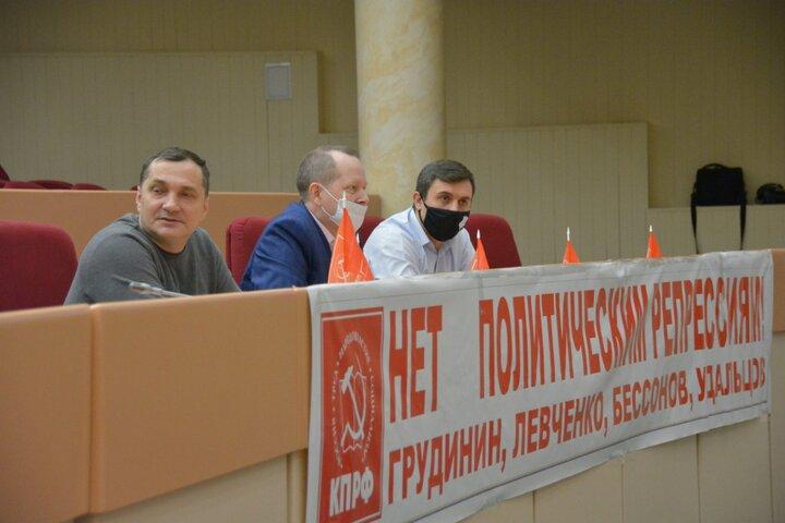 Из-за плакатов в думе саратовских депутатов признали нарушителями регламента