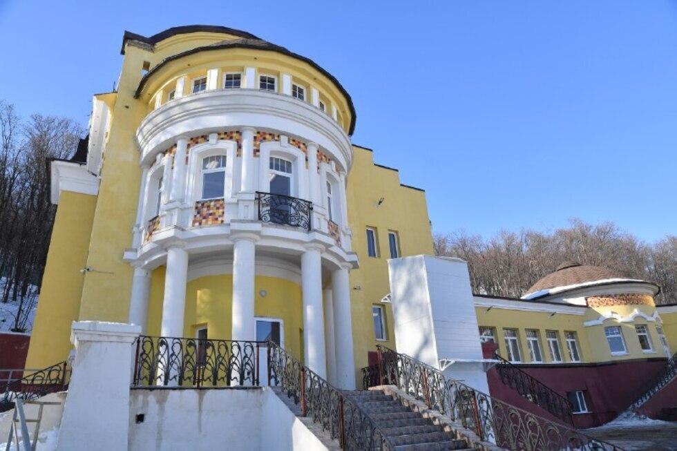 Бывший особняк Аяцкова, в который вложили около 100 бюджетных миллионов, не успели достроить к весне (хотя обещали губернатору Радаеву)