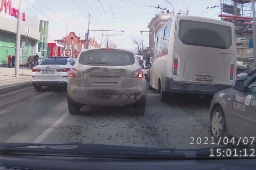 У молодого водителя KIA с «красивым» номером за выезд на встречку на Московской могут отобрать права