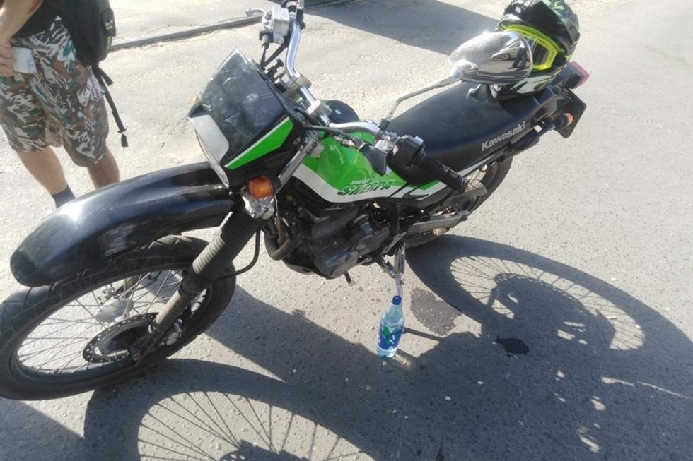На Астраханской водитель мотоцикла сбил переходившую дорогу девушку