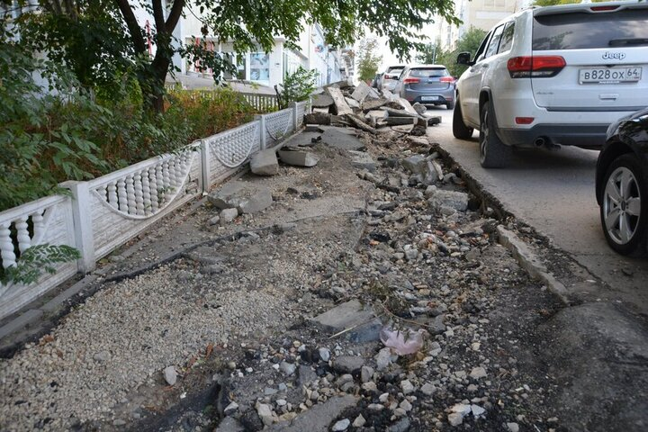 Срыв программы ремонта тротуаров в Саратове. Чиновники мэрии переложили ответственность за невыполненные сроки по госконтрактам на коммунальщиков