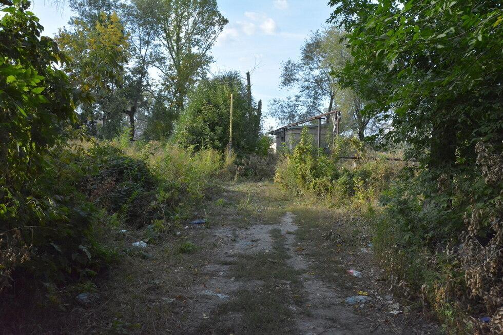 Досрочное исполнение федеральной программы в Саратовской области срывается: никто не взялся построить восьмиэтажку за три месяца, на ее месте — заросший пустырь